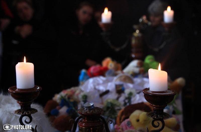 الأرمن يلقون نظرة الوداع على الطفل سيريوجا آفيديسيان