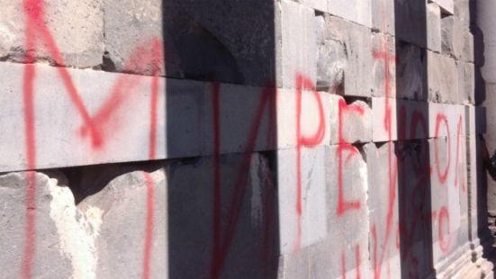 سائح روسي يلحق أضرار بقيمة 1750 دولار بعمبد كارني التاريخي في أرمينيا