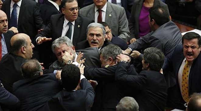 مشاجرة «بالشواكيش» فى البرلمان التركى