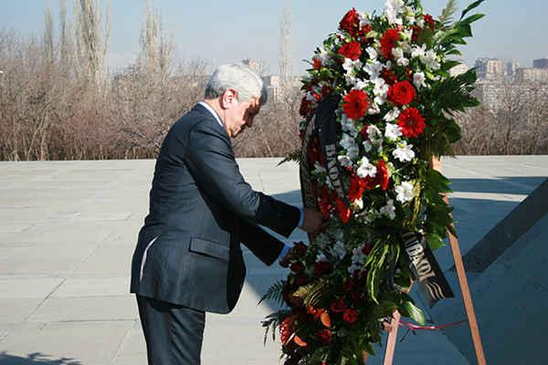 وزير النقل العراقي يزور نصب شهداء الإبادة الجماعية الأرمنية في يريفان