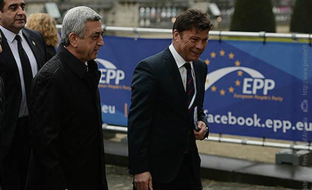 رئيس حزب الشعب الأوروبي يؤكد توجهه إلى يريفان في مئوية الإبادة