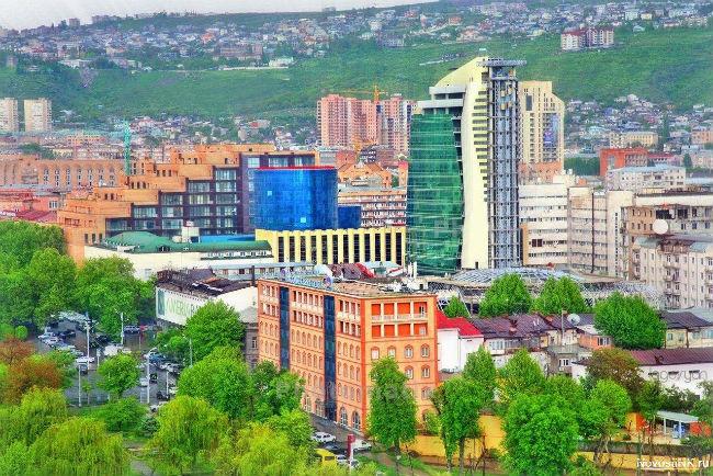 صورة: مشهد خارجي ربيعي لمركز إيليت بلازا التجاري في يريفان