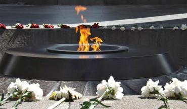زوار نصب شهداء الإبادة الجماعية الأرمنية