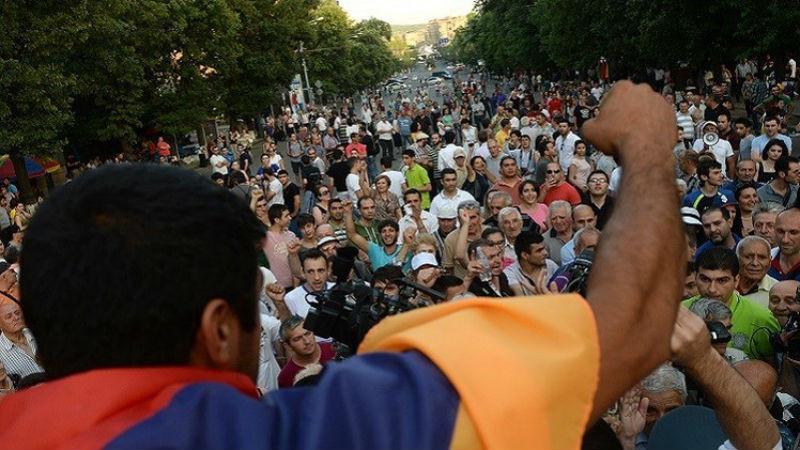المحتجون الأرمن في شارع باغراميان يحذرون الحكومة