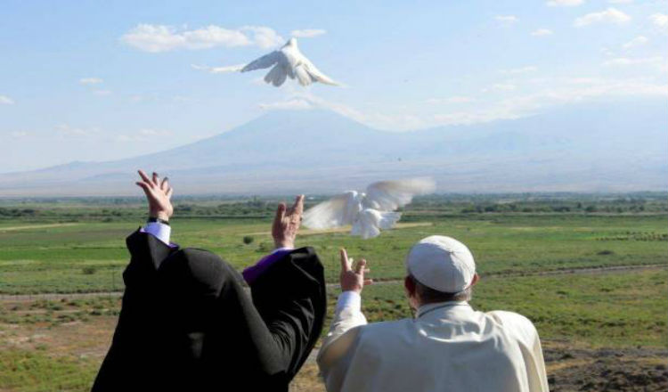 فرنسيس وكاريكين الثاني يطلقون حمامات السلام باتجاه أرمينيا الغربية