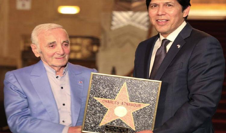 لوس أنجلوس تكرم شارل آزنافور بنجمة على ممر المشاهير في هوليوود