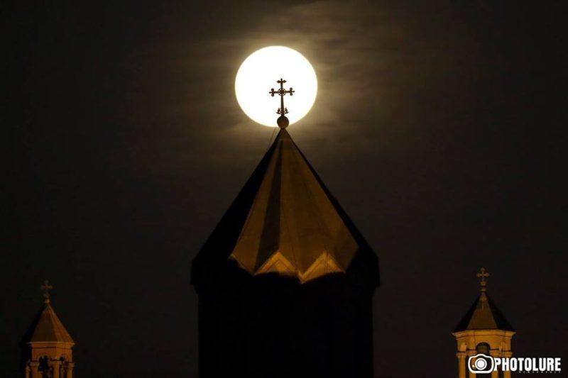 القمر العملاق كما ظهر في سماء أرمينيا