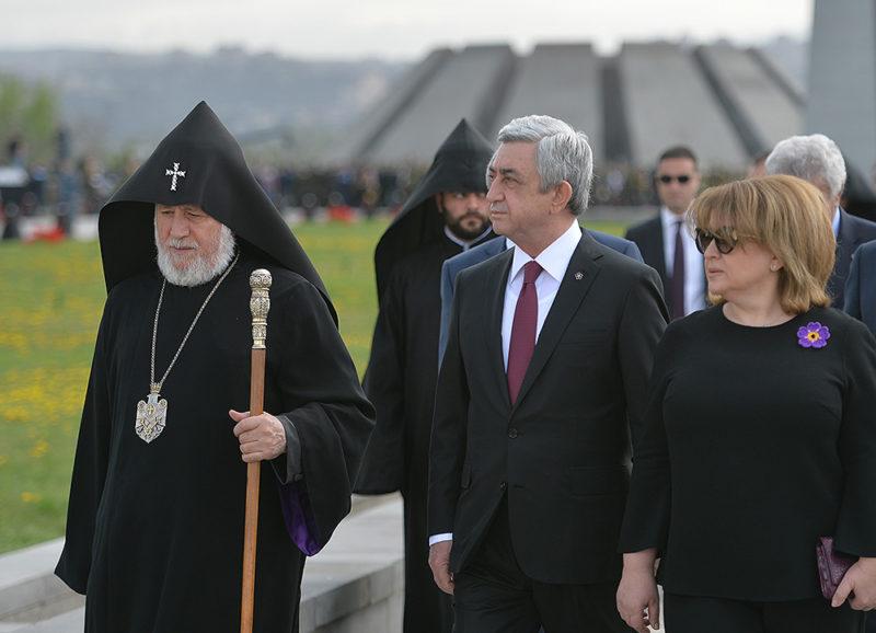 ساركيسيان، السيدة عقيلته وكاثوليكوس عموم الأرمن يزورون نصب الشهداء