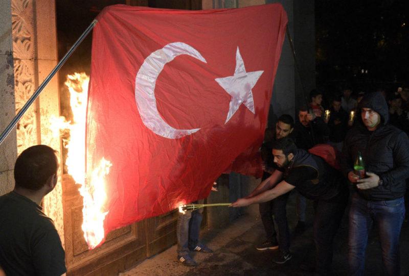 """الخارجية التركية تدين حرق علم بلادها في يريفان وتصفه بـ """"العمل الغادر"""""""