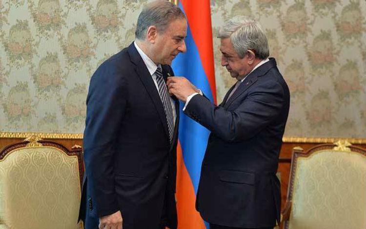رئيس جمهورية أرمينيا يمنح الوزير اللبناني ميشال فرعون وسام الصداقة