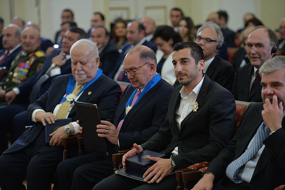 ساركيسيان يكرم هينريك مخيتاريان في القصر الرئاسي