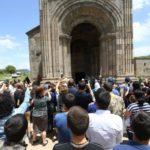 آزنافور يعمد ابنه نيكولاس في دير داتيف بأرمينيا