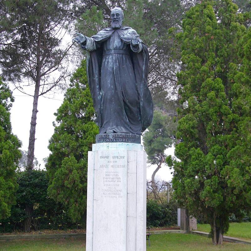 تمثال الراهب مخيتار سيباستاتسي في حدائق جزيرة سان لازارو من عمل الفنان الايطالي انطونيو باجيو.