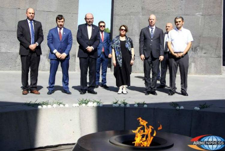 وزير إسرائيلي يزور نصب شهداء الإبادة الجماعية الأرمنية في يريفان