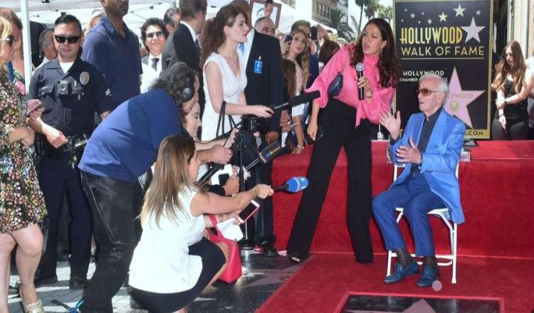 هوليود تمنح المغني الفرنسي الأرمني شارل آزنافور نجمة بممر المشاهير