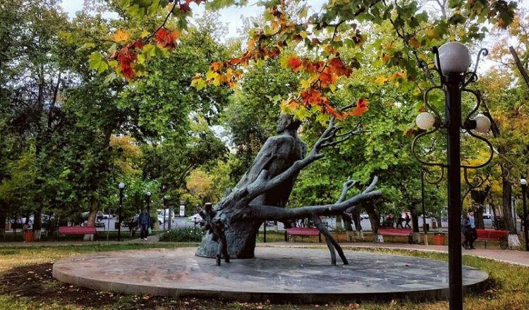 صورة: تمثال كوميداس فارتابيد في إحدى ساحات العاصمة يريفان
