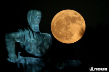 القمر العملاق في سماء يريفان