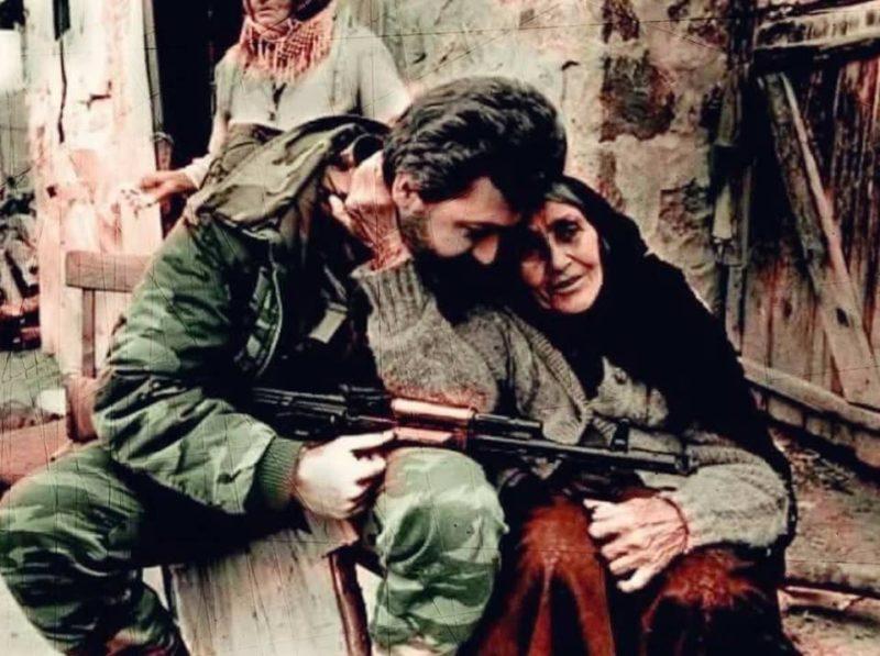 أحبته أكثر من أبنها؟.. قصة العجوز الأذرية والمتطوع الأرمني