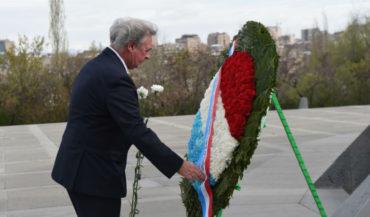 وزير خارجية لوكسمبورغ يزرو نصب شهداء الإبادة الجماعية الأرمنية