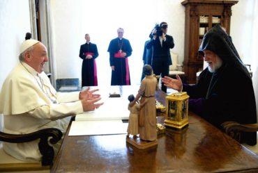 آرام الأول كيشيشيان يطالب بابا الفاتيكان بتوحيد عيد الفصح