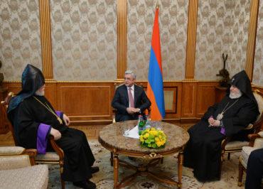ساركيسيان يجتمع مع كاثوليكوسا الأرمن لمناقشة الاحتجاجات في أرمينيا