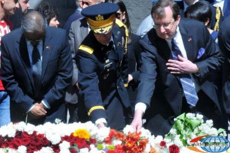 السفير الأمريكي يزور نصب الإبادة في يريفان: أنا هنا نيابة عن الشعب الأمريكي