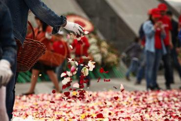 كشافة الـ AGBU يجمعون أطنان الزهور من نصب الشهداء لإعادة استخدامها