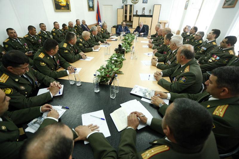 باشينيان يجتمع مع كبار ضباط الجيش في جمهورية آرتساخ