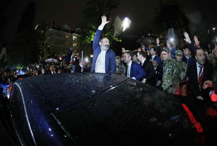 باشينيان يصل روسيا في أول زيارة خارجية واستقبال شعبي في سوتشي