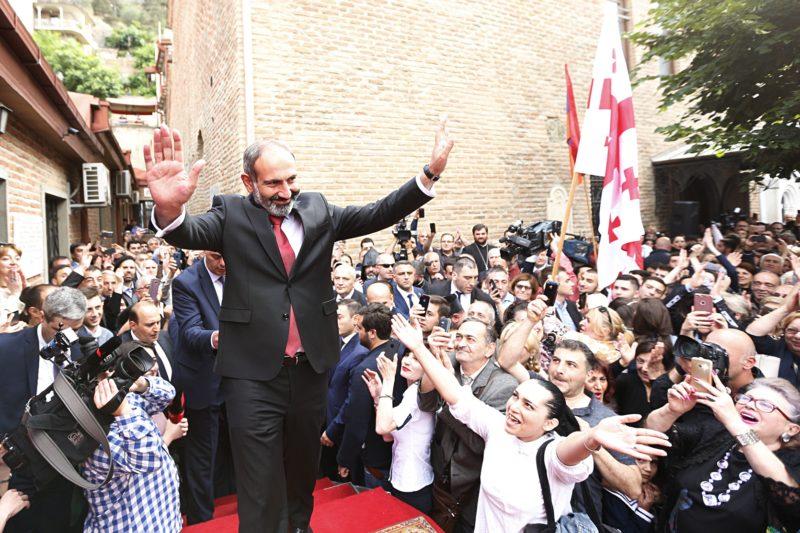 وسط استقبال شعبي حاشد، باشينيان يلتقي أبناء الجالية الأرمنية في تبليسي