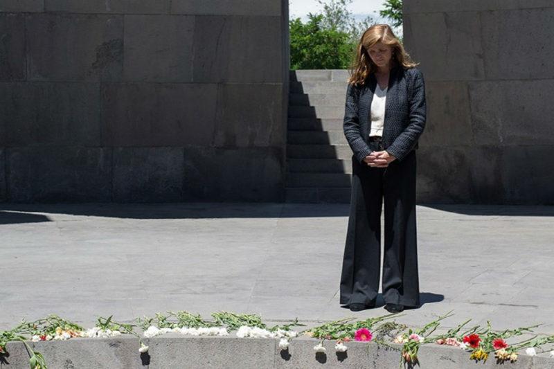 سامانثا باور تزور نصب شهداء الإبادة الجماعية الأرمنية في يريفان