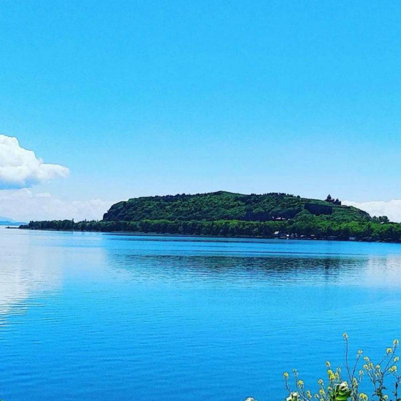 مشهد صيفي ساحر لبحيرة سيفان بمياهها الفيروزية الزرقاء