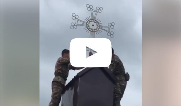هكذا ينصب جنودنا الصلبان على قباب الكنائس