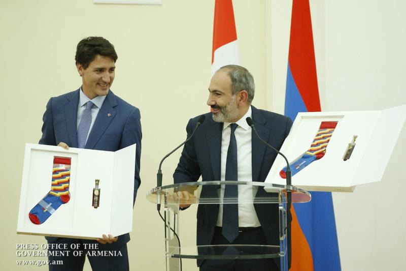 زوج الجوارب التي أهداها باشينيان لرئيس وزراء كندا جاستن ترودو