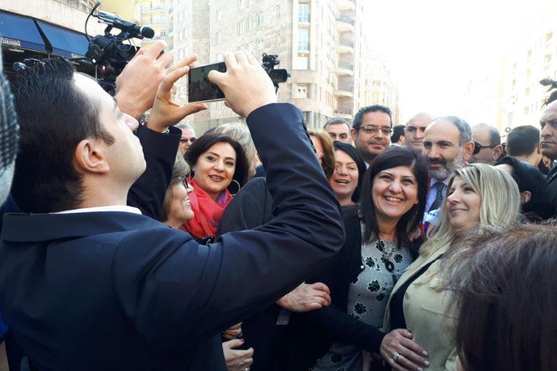 التقطها وزير الشتات: صورة تجمع باشينيان مع عدد من السوريين الأرمن