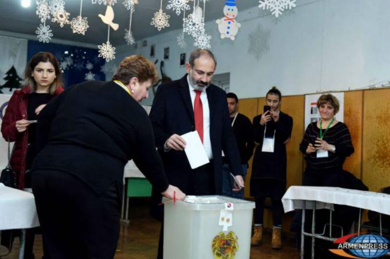 نيكول باشينيان يصوت في الانتخابات البرلمانية المبكرة