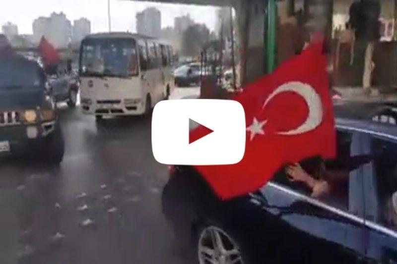 لبنانيون يرفعون أعلام الكيان التركي احتجاجا على مسيرة الأرمن يوم 24 نيسان