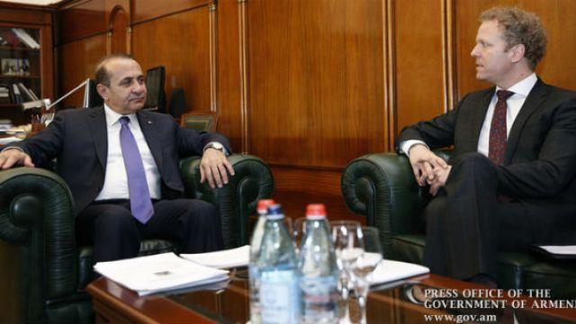 -يلتقي-القائم-بأعمال-السفارة-السويدية-في-أرمينيا.jpg
